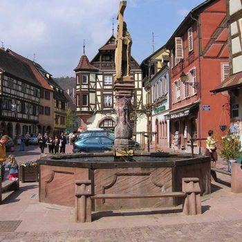 Kaysersberg centre vue de la fontaine Constantin