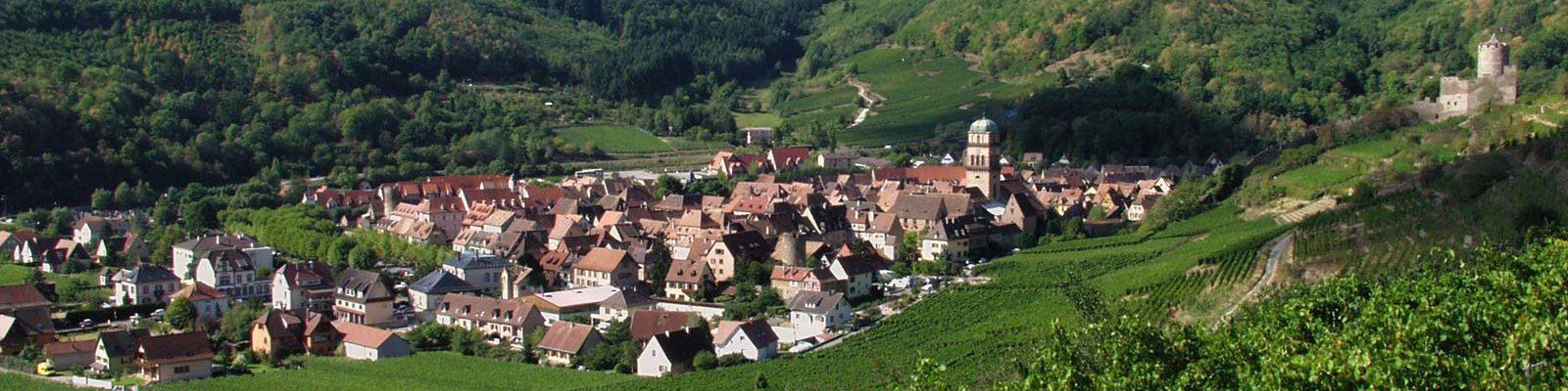 Kaysersberg - la ville et le château nichés à l'entrée de la vallée de la Weiss
