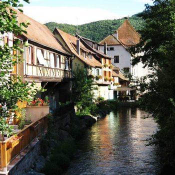 la Weiss rivière de la Vallée de Kaysersberg traversant le centre ville