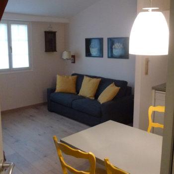 Cuisine et salon de l'appartement n°56 Lisbeth aux Loges les Remparts à Kaysersberg