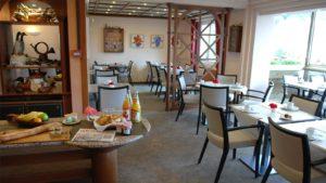 vue d'ensemble de la salle du petit déjeuner à l'hôtel les Remparts à Kaysersberg